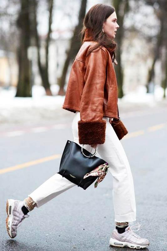 коричневая кожаная куртка оверсайз с белыми джинсами, кроссовками