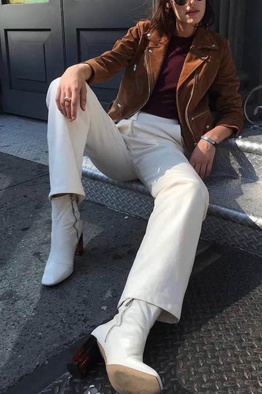 лук с белыми джинсами и ботильонами