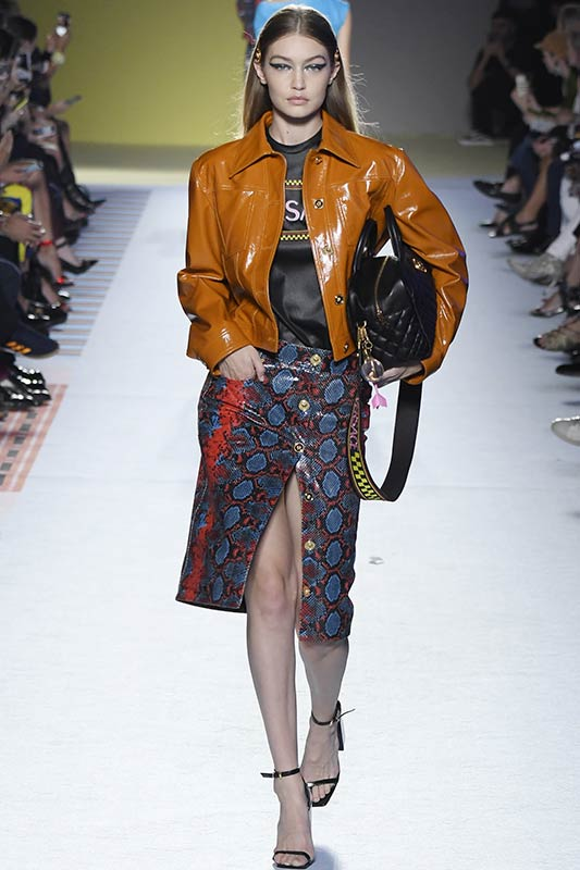 ярко-коричневая куртка из кожи с юбкой, футболкой
