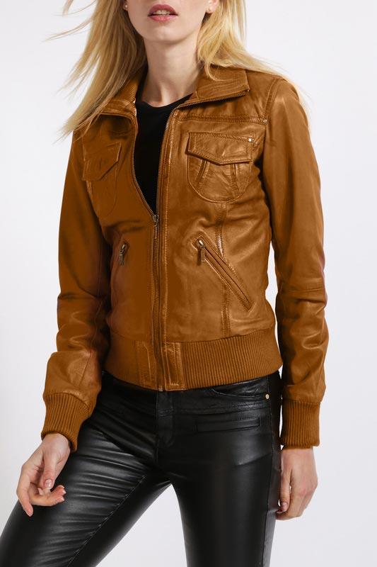коричневая кожаная куртка бомбер