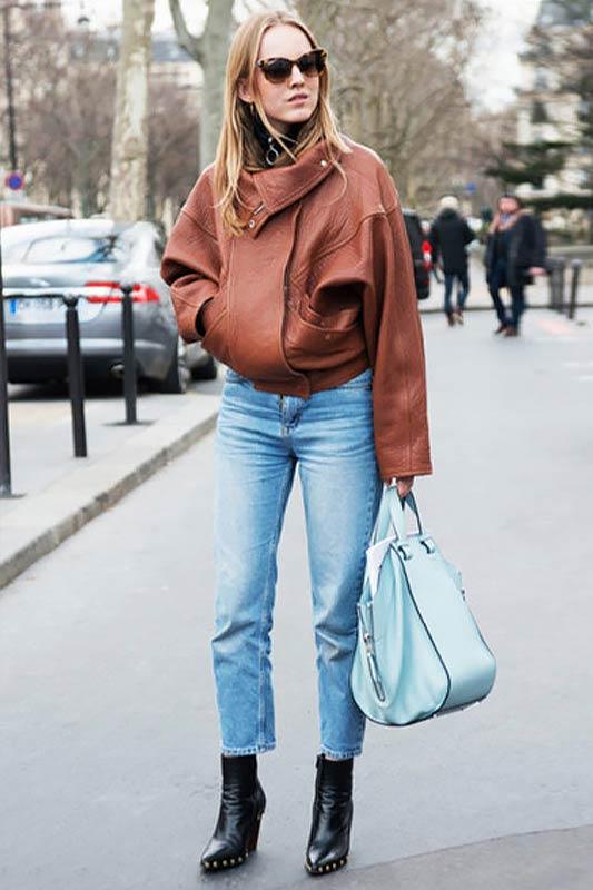лук с джинсами, курткой, голубым рюкзаком