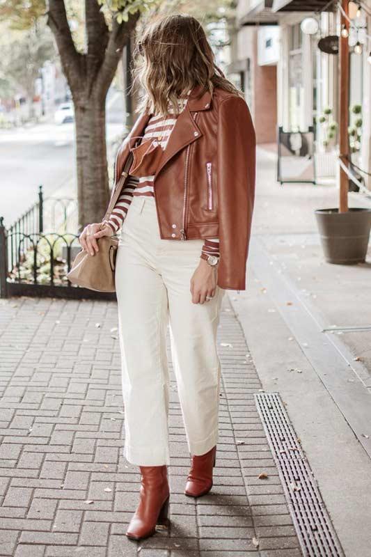 коричневая кожаная куртка со светлыми джинсами, полосатым джемпером