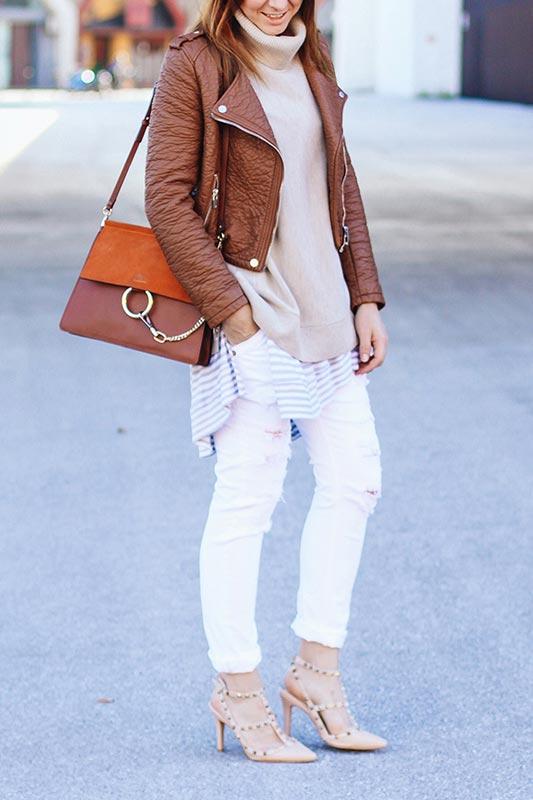 лук с бежевым свитером, босоножками, коричневой курткой