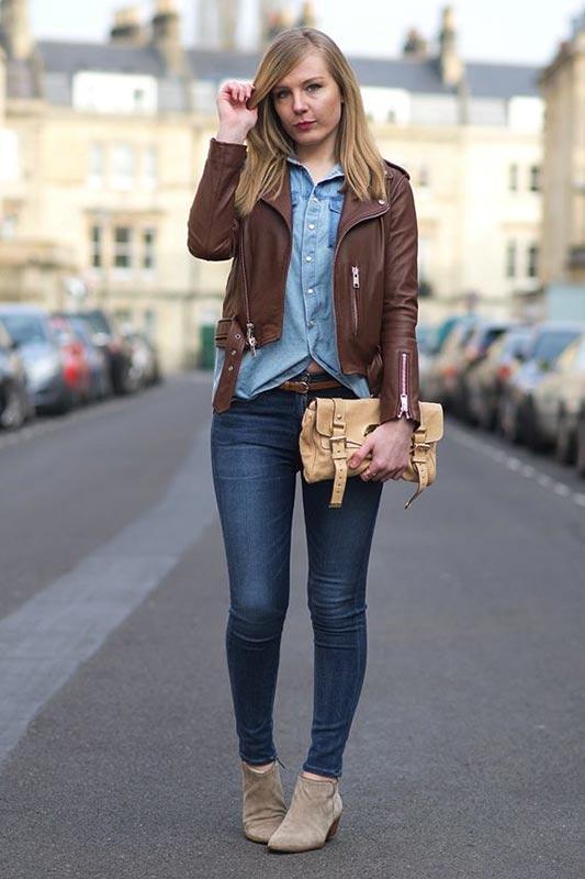 с бежевыми ботильонами, джинсовой рубашкой, джинсами