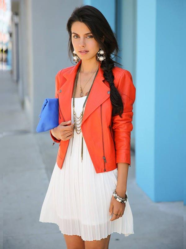 куртка с бежевым платьем трапецией и васильковым клатчем
