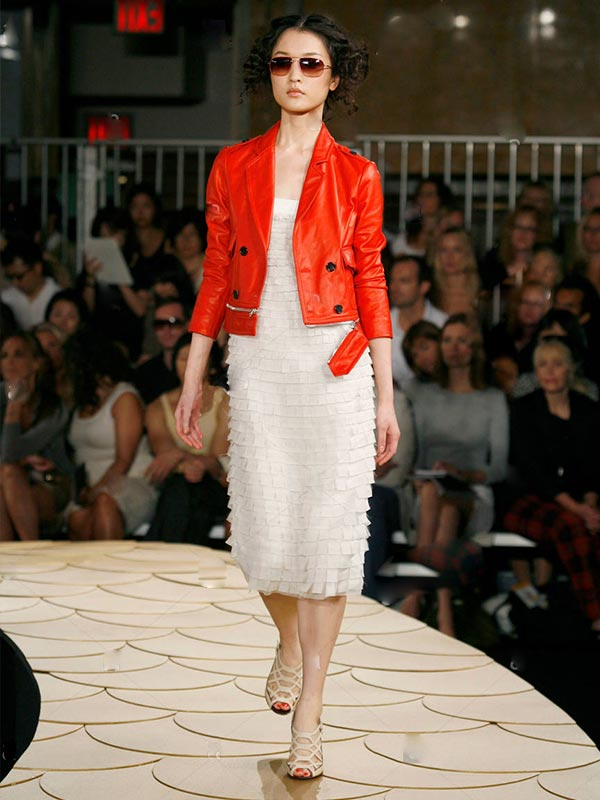 сочетание красной кожаной куртки с нежным светлым платьем и босоножками