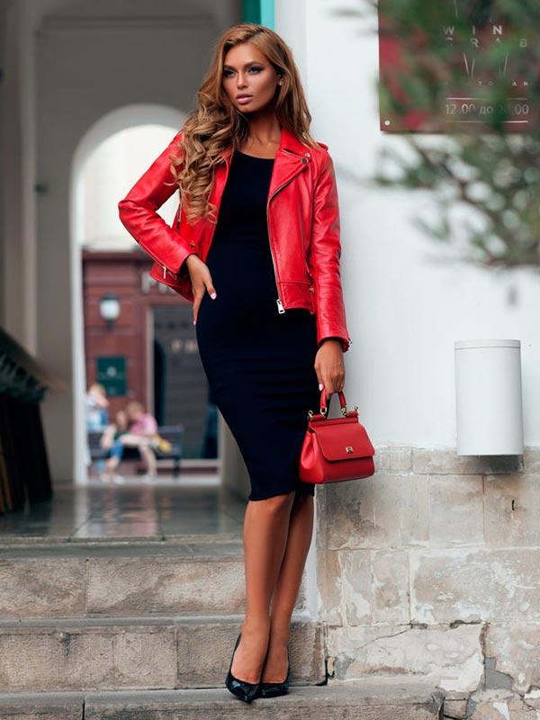 с платьем футляр, красной маленькой сумочкой, лакированными туфлями