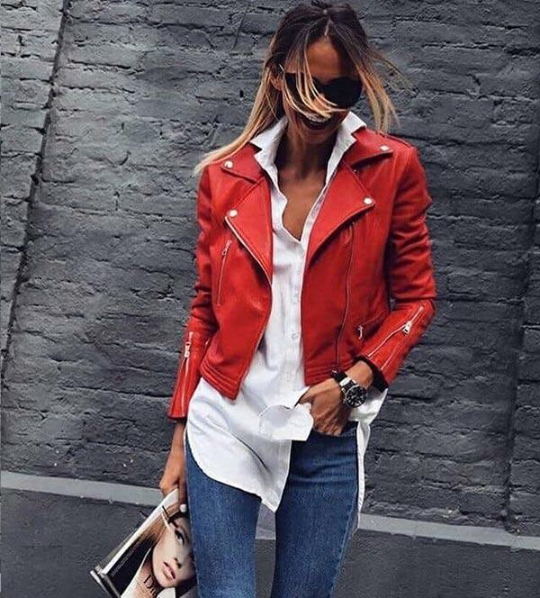 красная куртка из кожи с однотонными синими джинсами и белой рубашкой навыпуск