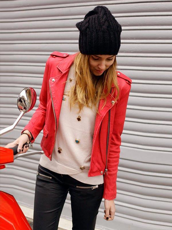 наряд с черной шапочкой и красной курткой