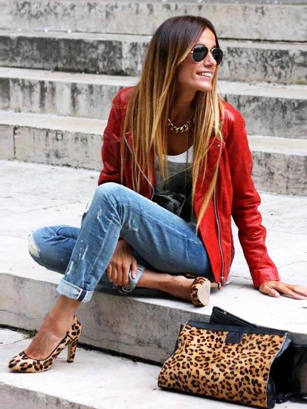 с леопардовыми туфлями и сумкой
