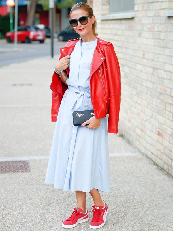 с голубой юбкой и блузкой и красными кроссовками