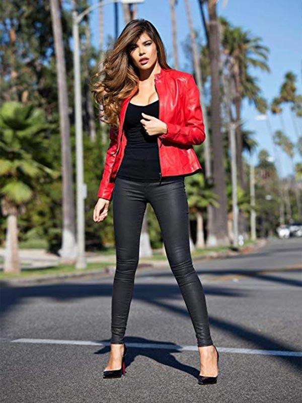 куртка из красной кожи с черными обтягивающими брюками, топом и туфлями