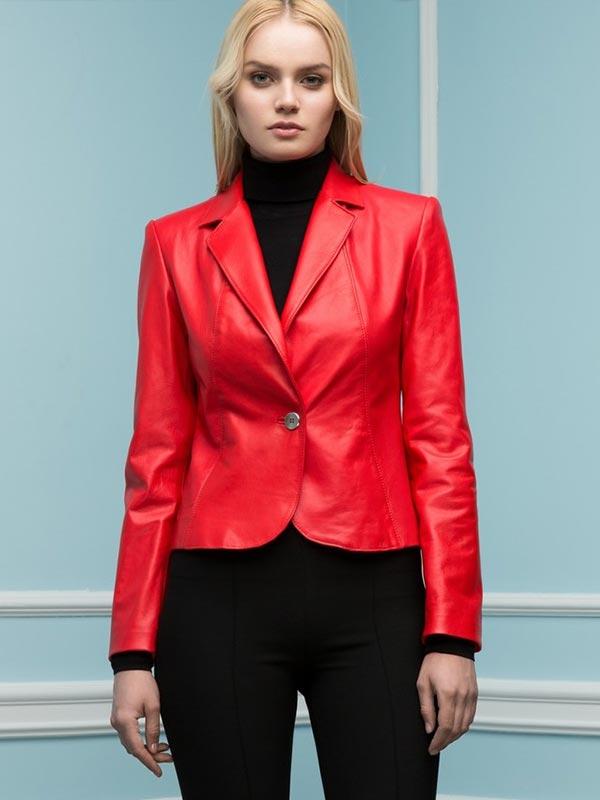 красный кожаный пиджак с водолазкой