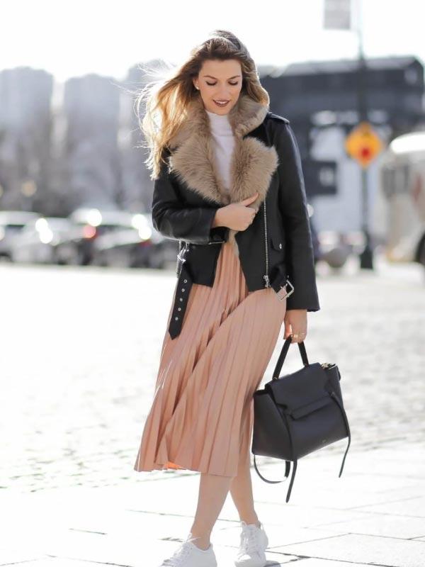 образ с курткой из кожи с мехом и юбкой плиссе