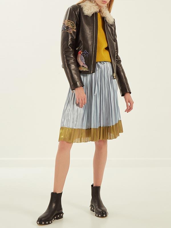 зимняя кожаная куртка с мехом и вышивкой в паре с юбкой плиссе