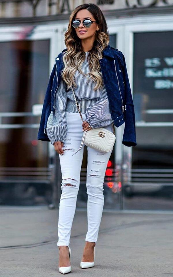 комплект с белыми джинсами, блузкой в полоску, молочной сумочкой и темно-синей кожаной курткой