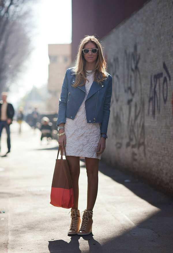 летний наряд с белым кружевным платьем, босоножками и сумкой