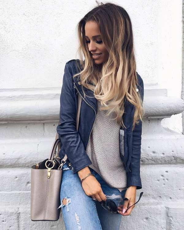 с бежевым свитером, сумкой и джинсами