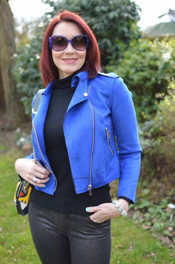 синяя куртка под рыжие волосы