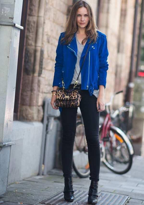 синяя кожаная куртка в образе с леопардовой сумкой