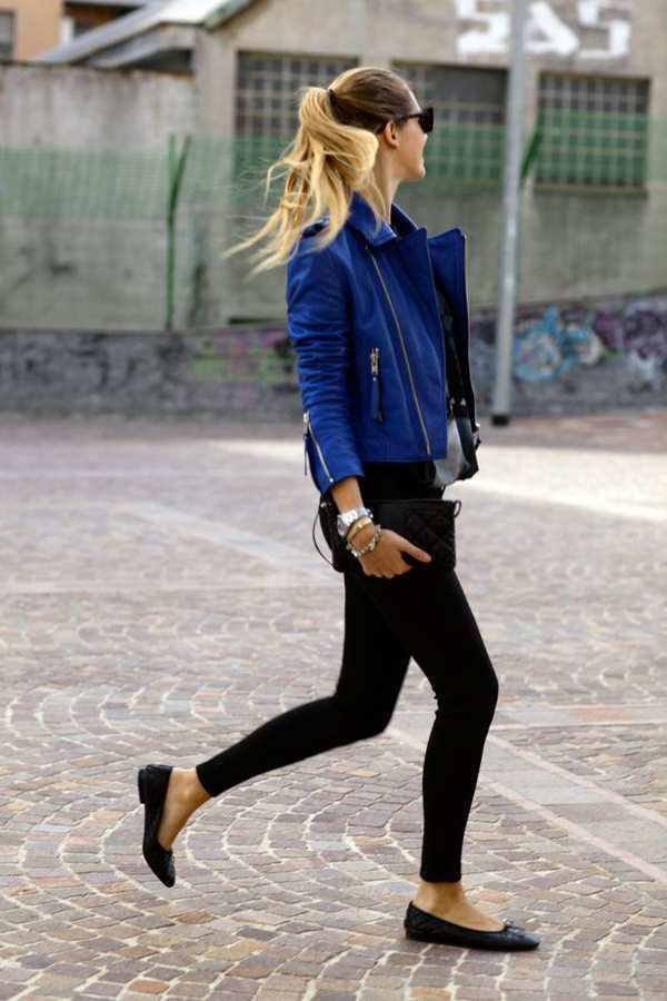 повседневный аутфит с темно-синей кожанной курткой