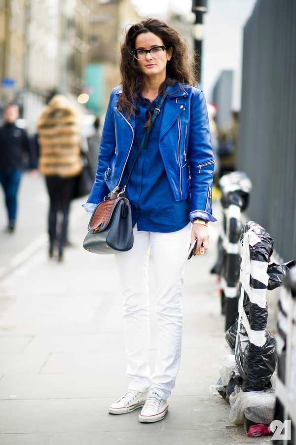 оригинальный лук с белыми брюками и синей рубашкой, дополненный синей курткой из кожи