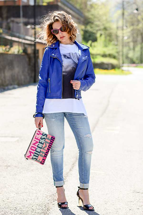 синяя кожаная куртка с белой футболкой и голубыми джинсами