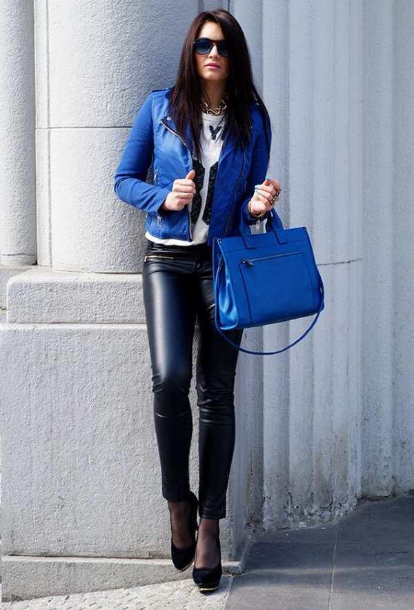 лук с черными кожаными брюками и синей курткой