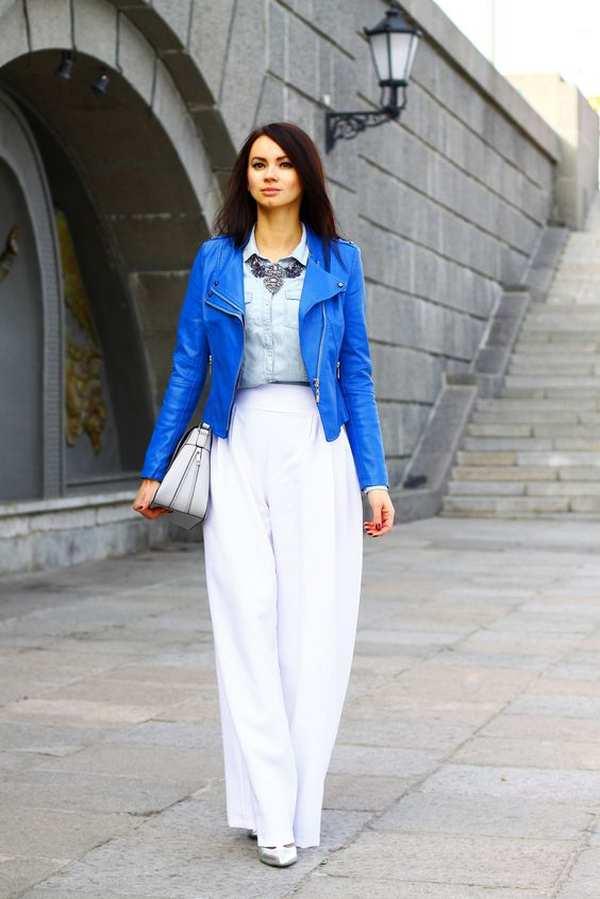 аутфит с синей курткой из кожи и светлыми брюками палаццо