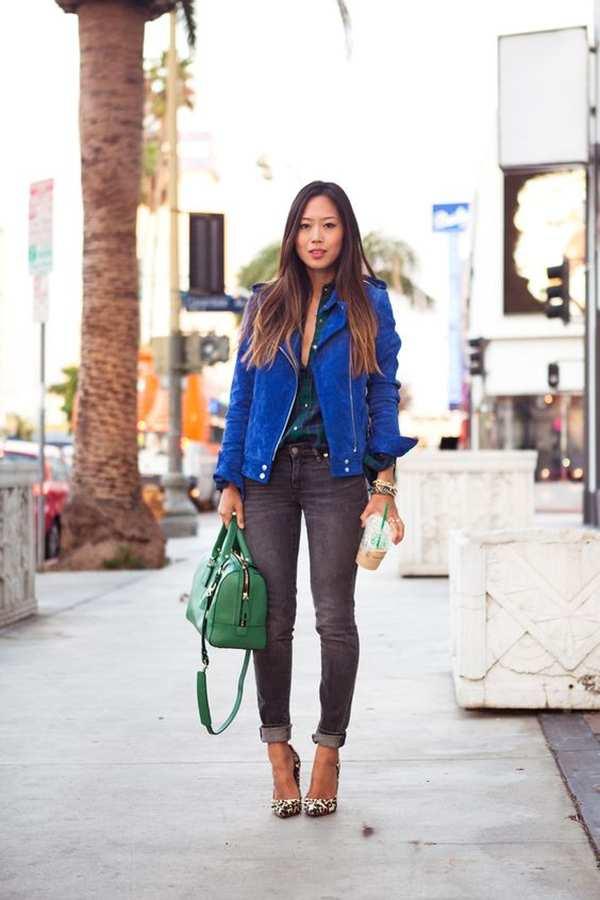 синяя кожаная куртка с серыми джинсами и зеленой сумкой