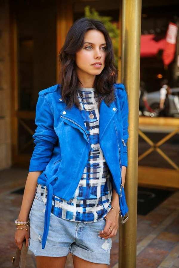 синяя кожаная куртка с клетчатой рубашкой и джинсовыми шортами