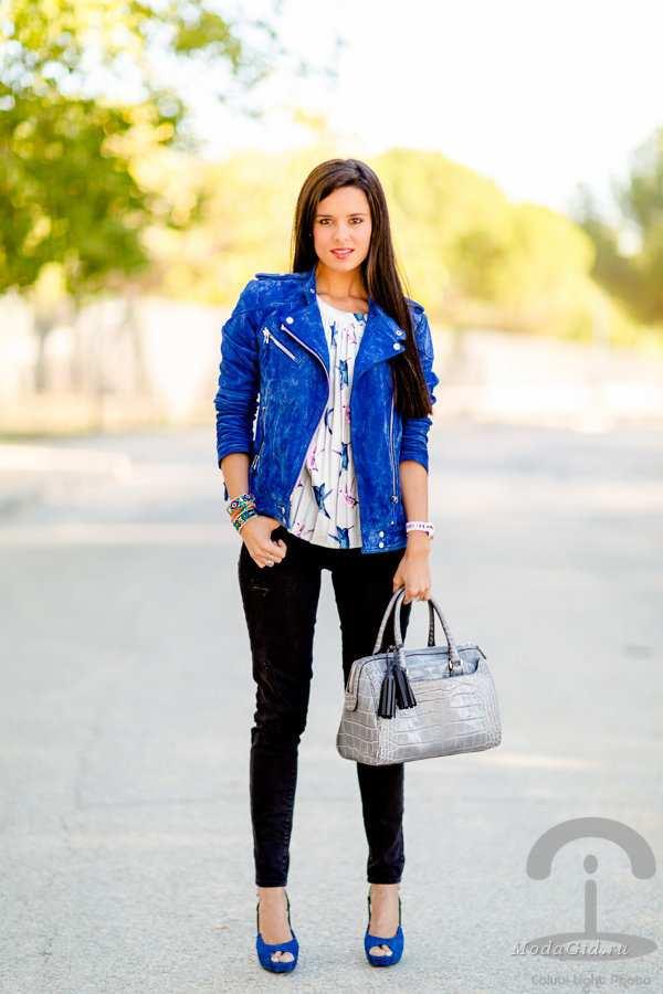 комплект с синими туфлями, серой смкой, рубашкой с принтом