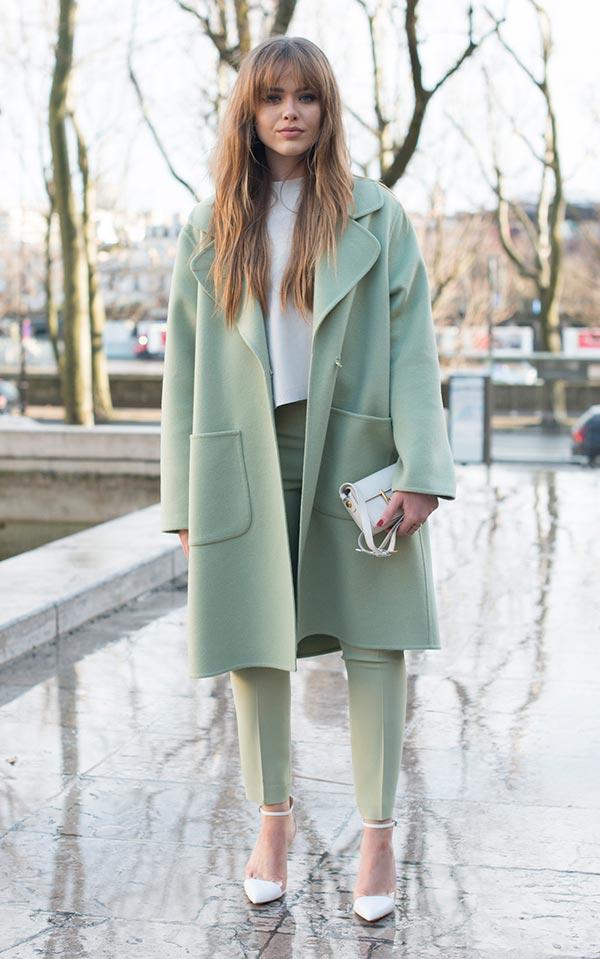 фисташковое пальто в нарядном образе