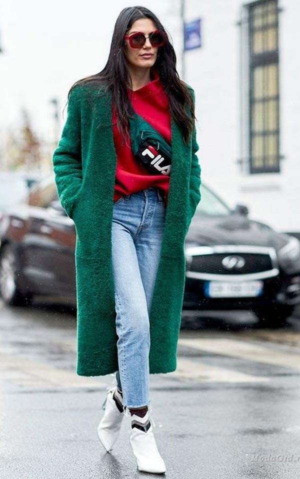 красный джемпер, джинсы, белые ботильоны, поясная сумка дополняют комплект с зеленым пальто