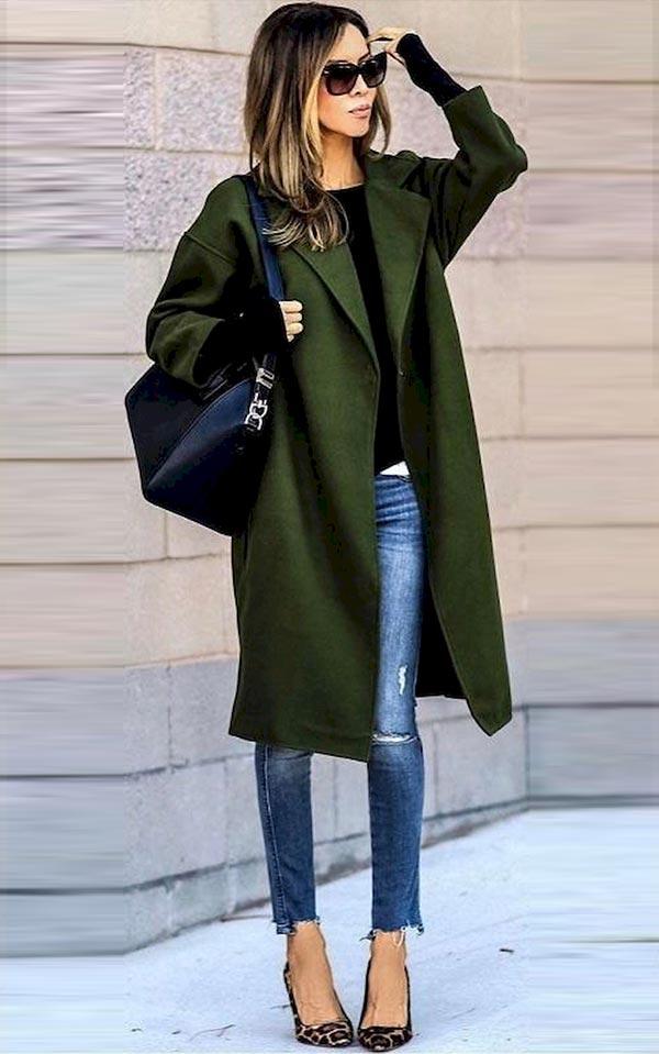 пальто хаки с джинсами и леопардовыми туфлями