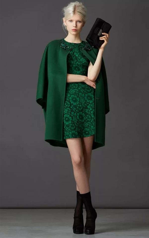 темно-зеленое кружевное платье и пальто с вышивкой