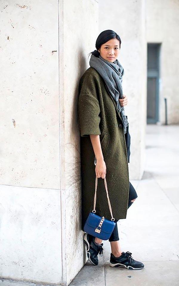 с серым шарфом, кроссовками и синей сумкой