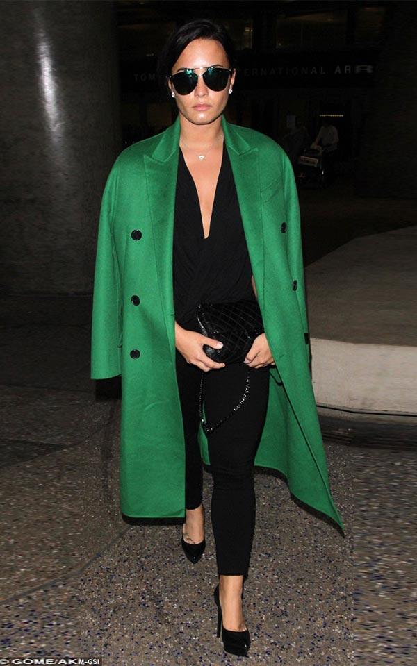 нарядный образ с зеленым пальто