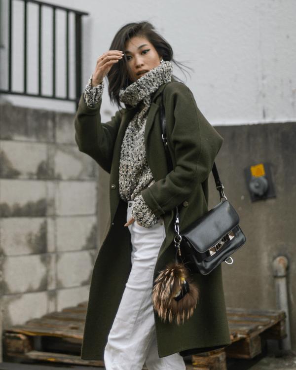 хаки пальто со светлыми брюками, серым свитером с горлом