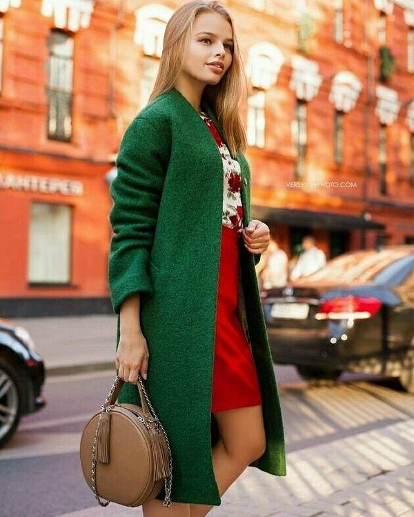носить зеленое пальто можно с красным платьем и коричневой сумкой