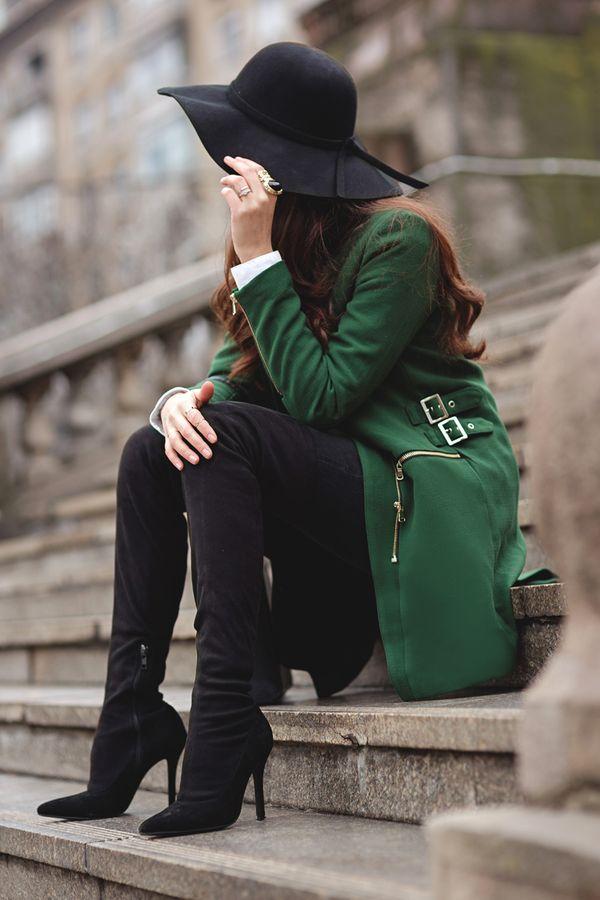 обувь на каблуках в луке с зеленым пальто и шляпой