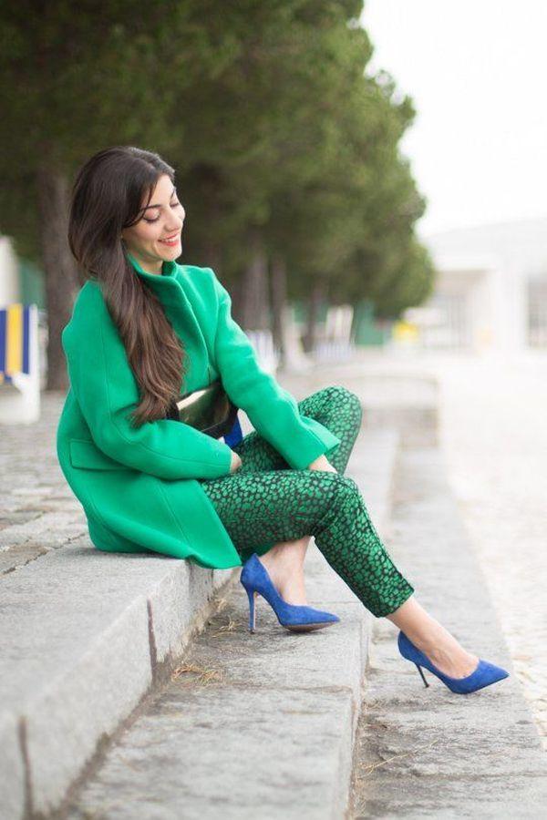 с зелеными брюками и синими туфлями