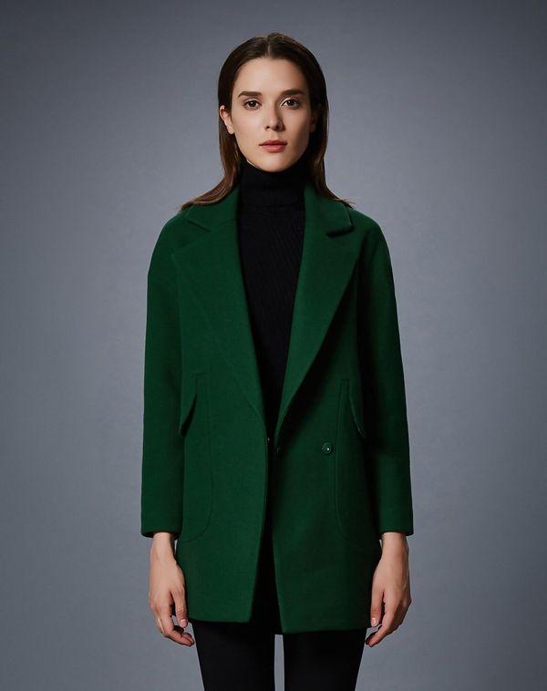 темно зеленое пальто с черной водолазкой