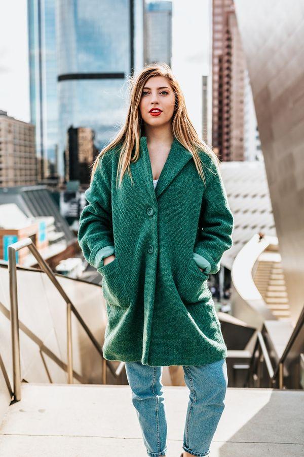короткое зеленое пальто оверсайз