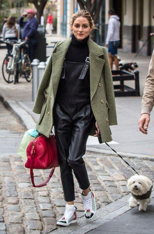 с кожаным комбинезоном, кроссовками и красной сумкой