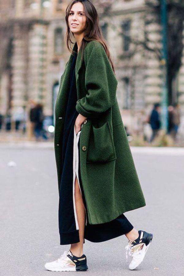 зеленое пальто в паре с кроссовками