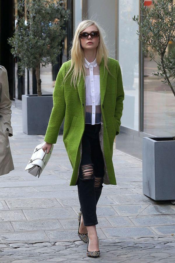черные рваные джинсы и оливковое пальто