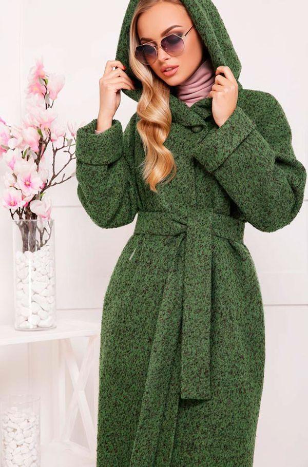зеленое пальто с капюшоном и бледно-розовый шарф