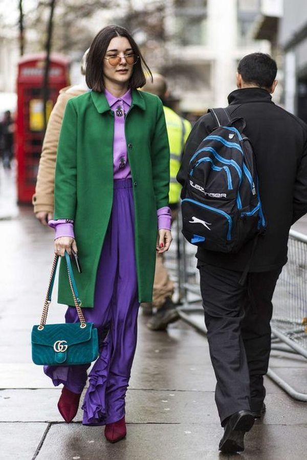 образ с зеленой верхней одеждой, с фиолетовыми брюками и сиреневой рубашкой