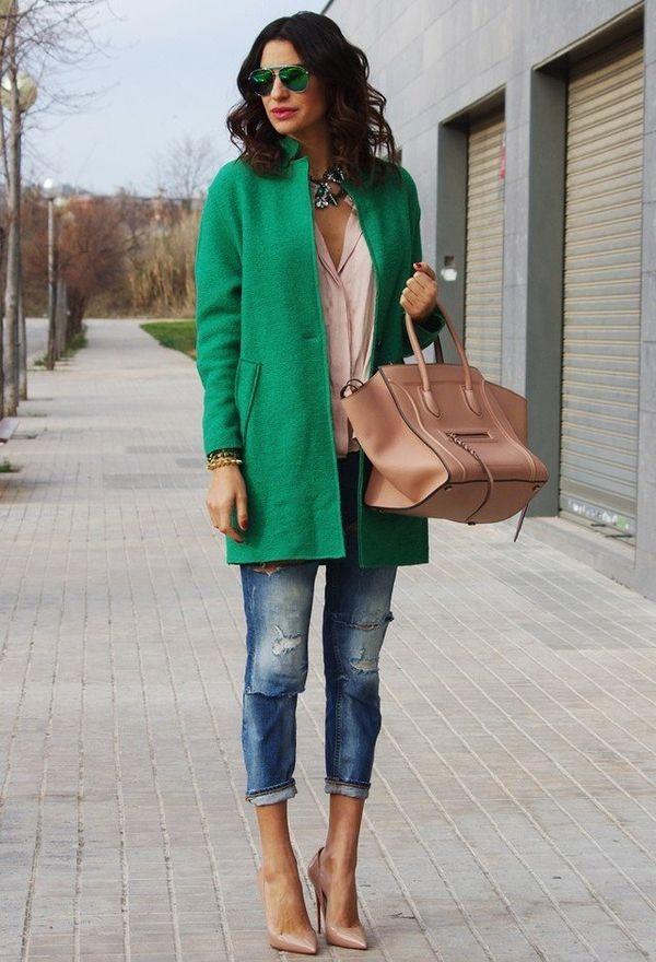 короткое пальто светло-зеленого оттенка с джинсами и бежевыми туфлями